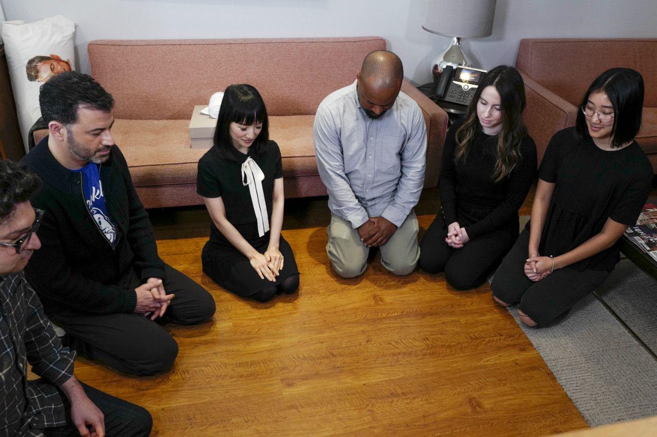 米人気番組「Jimmy Kimmel Live」で家に対して祈りを捧げる近藤麻理恵 ©Getty Images