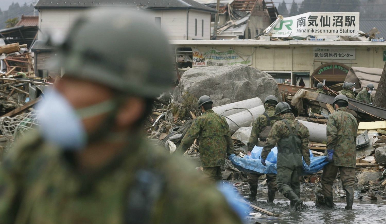東日本大震災の被災地で災害支援を行う自衛隊員たち ©共同通信社