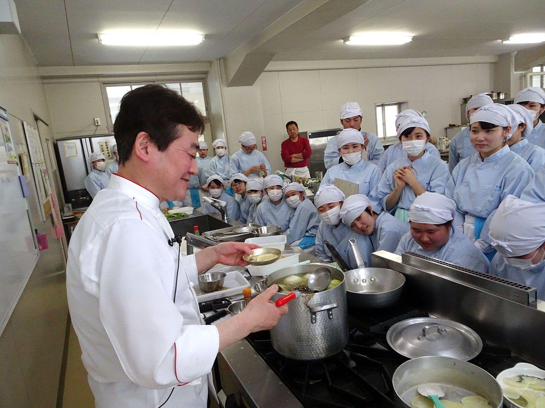 明日の料理人を目指す生徒さんたちはシェフの手元に興味深々。