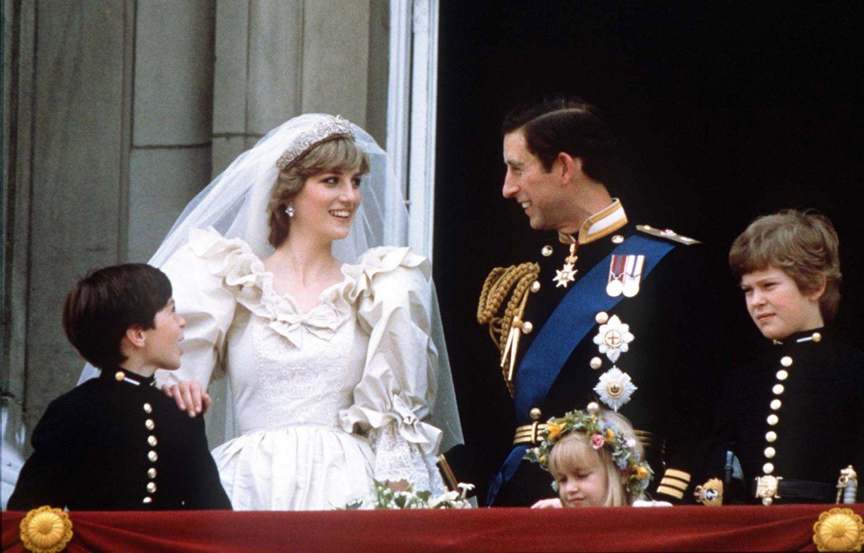 1981年7月29日、バッキンガム宮殿で結婚を祝福されるチャールズ英皇太子とダイアナ妃 ©ロイター/AFLO