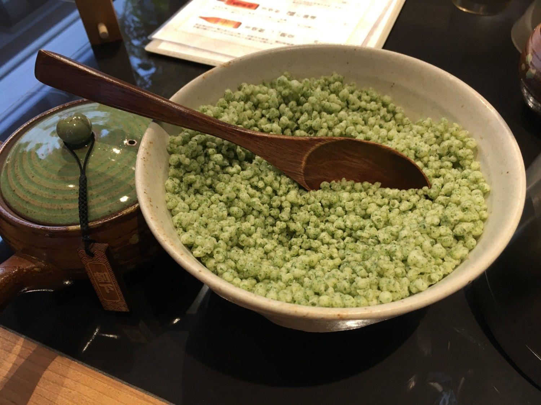 テーブルの上にはあおさ入りの揚げ玉がある。香りがとてもよい
