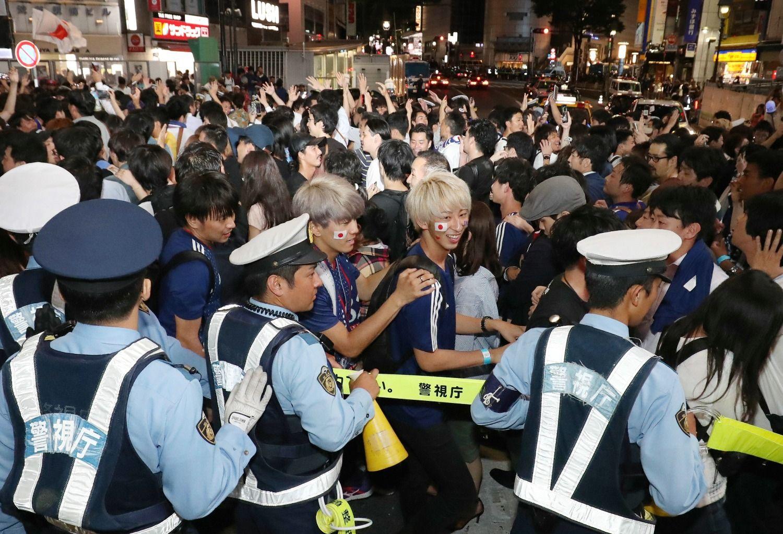 6月19日夜、コロンビア戦終了後、渋谷のスクランブル交差点にて ©時事通信社