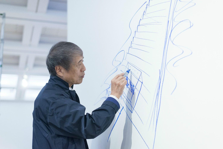 壁面にスケッチを行う安藤さん ©飯本貴子