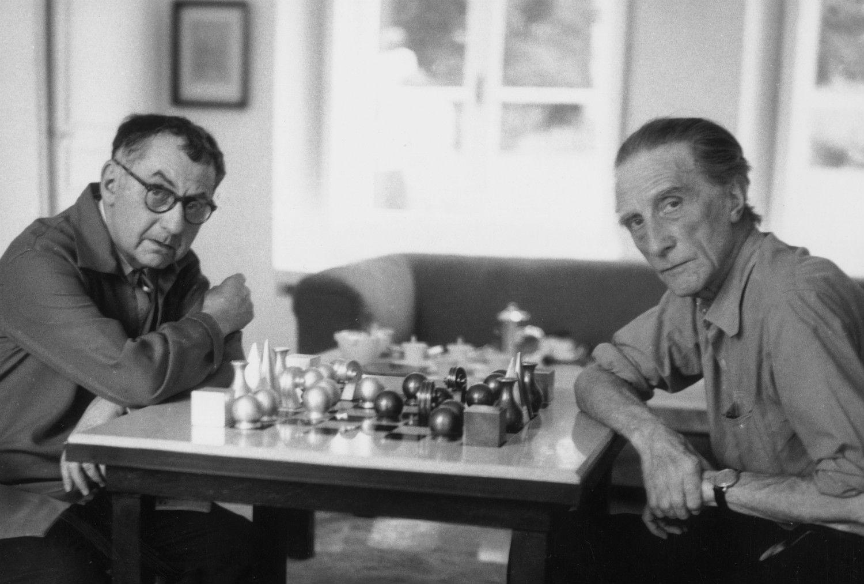 マン・レイ(左)とチェスをするデュシャン ©getty