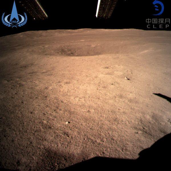 中国の無人探査機「嫦娥4号」が撮影した月の裏側(中国国家航天局より)