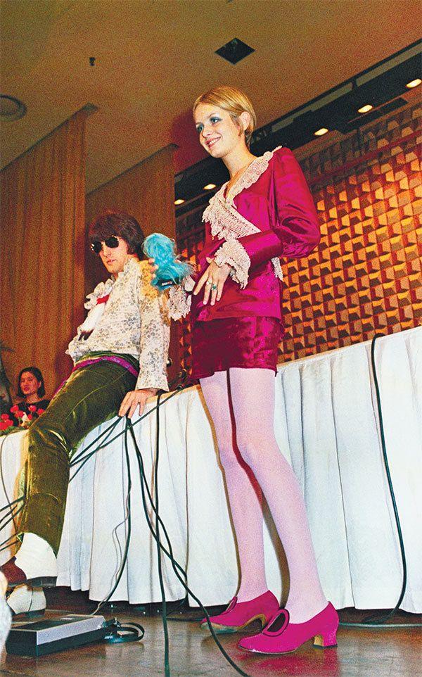 来日翌日、東京ヒルトンホテルの記者会見に超ミニドレスで登場したツイッギー ©共同通信社