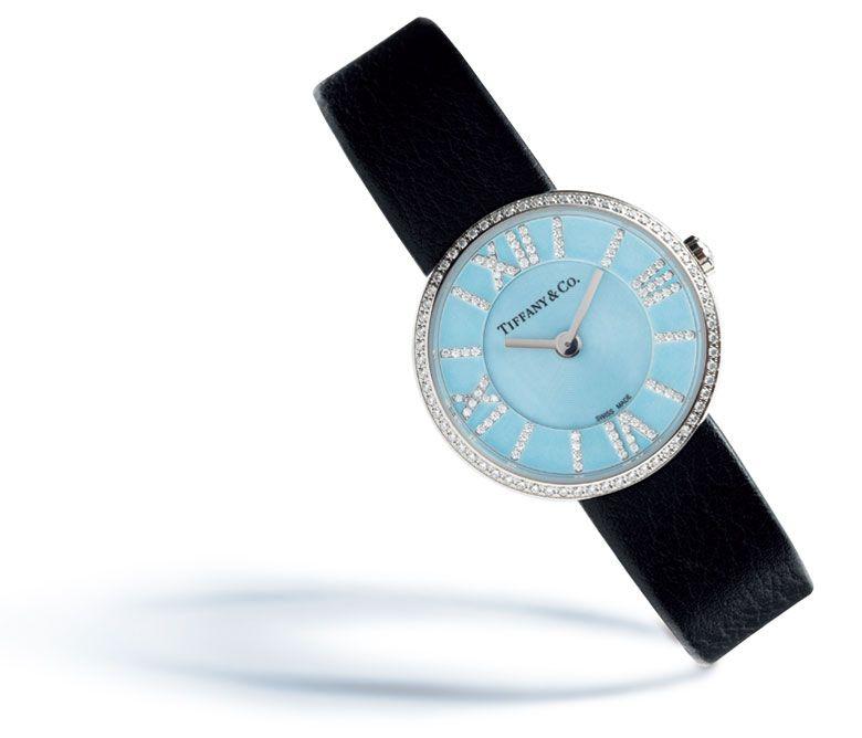 ニューヨークのティファニー本店正面に掲げられたアトラス時計。アイコンとして、ティファニーの歴史を紡いできたシンボルが、時を越え、可憐な新作ウオッチとして生まれ変わった。ローマ数字をモダンかつグラフィカルに仕上げたインデックス。ベゼル、リューズにはラウンドカットのダイヤモンドをセッティング。  ティファニー・アトラス24mmウオッチ クオーツ、ブラックカーフストラップ ¥510,000 ティファニー アトラス オープンペンダント(スモール) ¥330,000 ティファニー メトロ フープピアス(スモール) ¥580,000