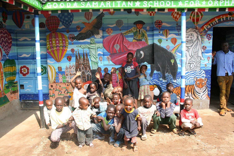 子供たちが未だ見たことのない世界各地の動物や光景を描いた「Super Happy」な壁画が完成!