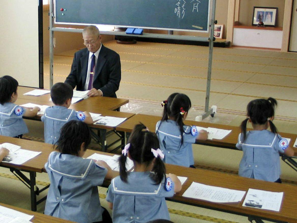 幼稚園で教育勅語を学ぶ塚本幼稚園の園児たち ©共同通信社