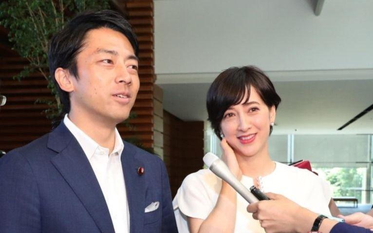 首相官邸で記者会見をした小泉進次郎さんと滝川クリステルさん