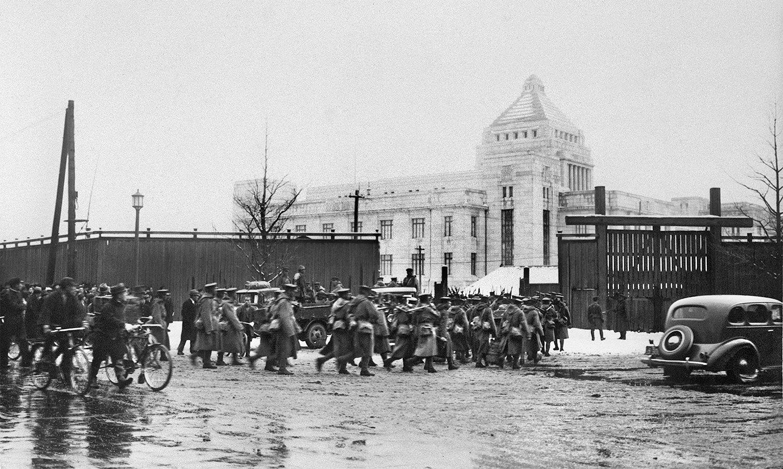 建設中の新国会議事堂に入る決起軍 ©共同通信社