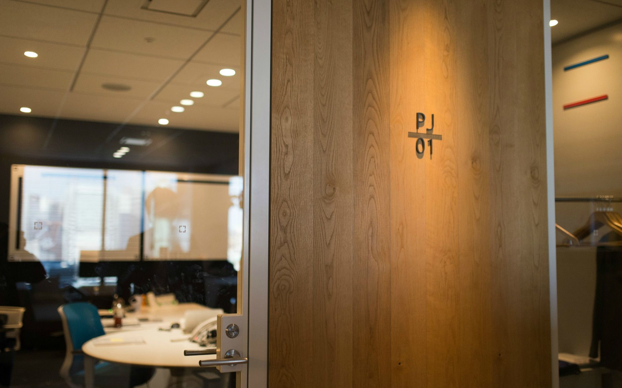 プロジェクトルーム。モニターをドア側に設置することで外からも社員の顔が見える。