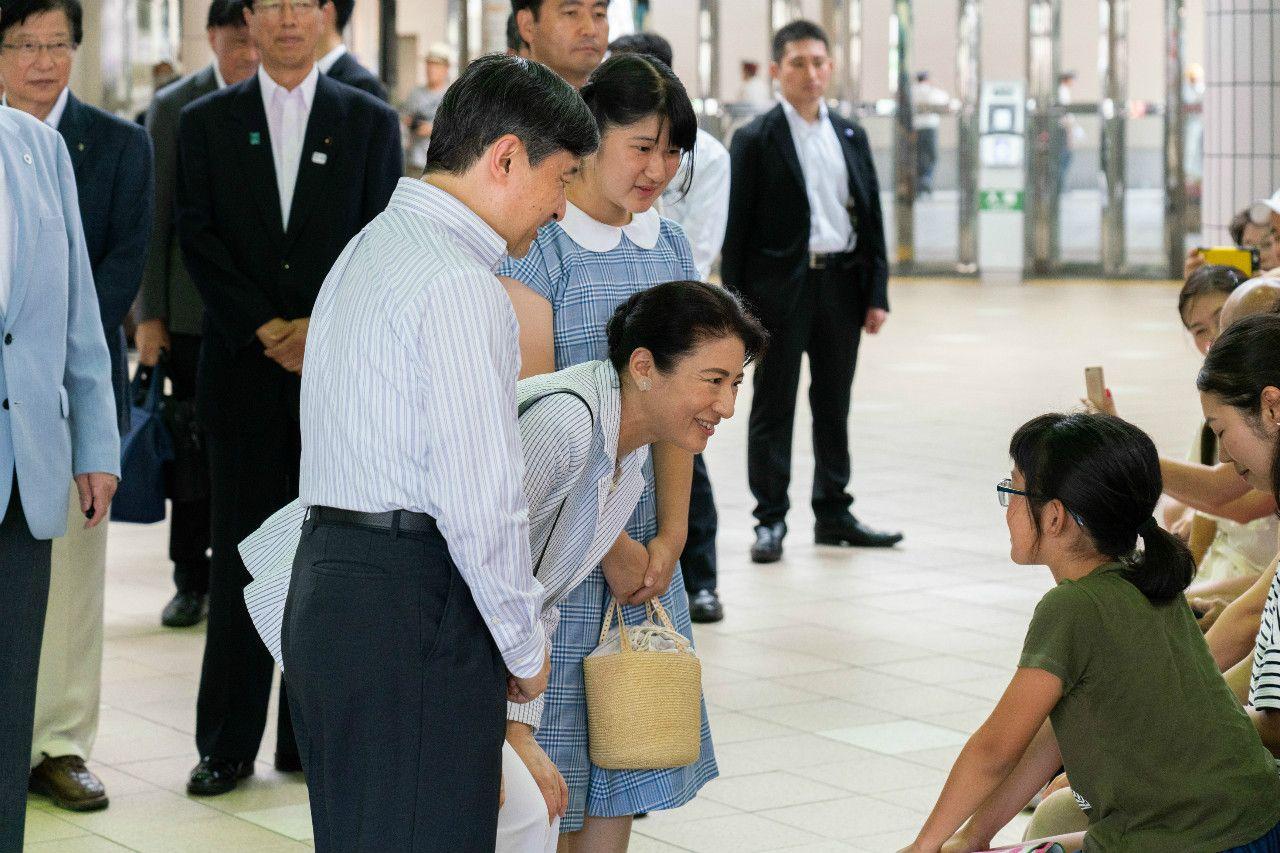 伊豆急下田駅での皇太子ご一家 ©JMPA