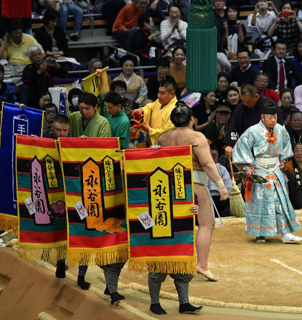 懸賞広告の一例。平成28年大相撲11月場所初日 中入り後より。©JMPA