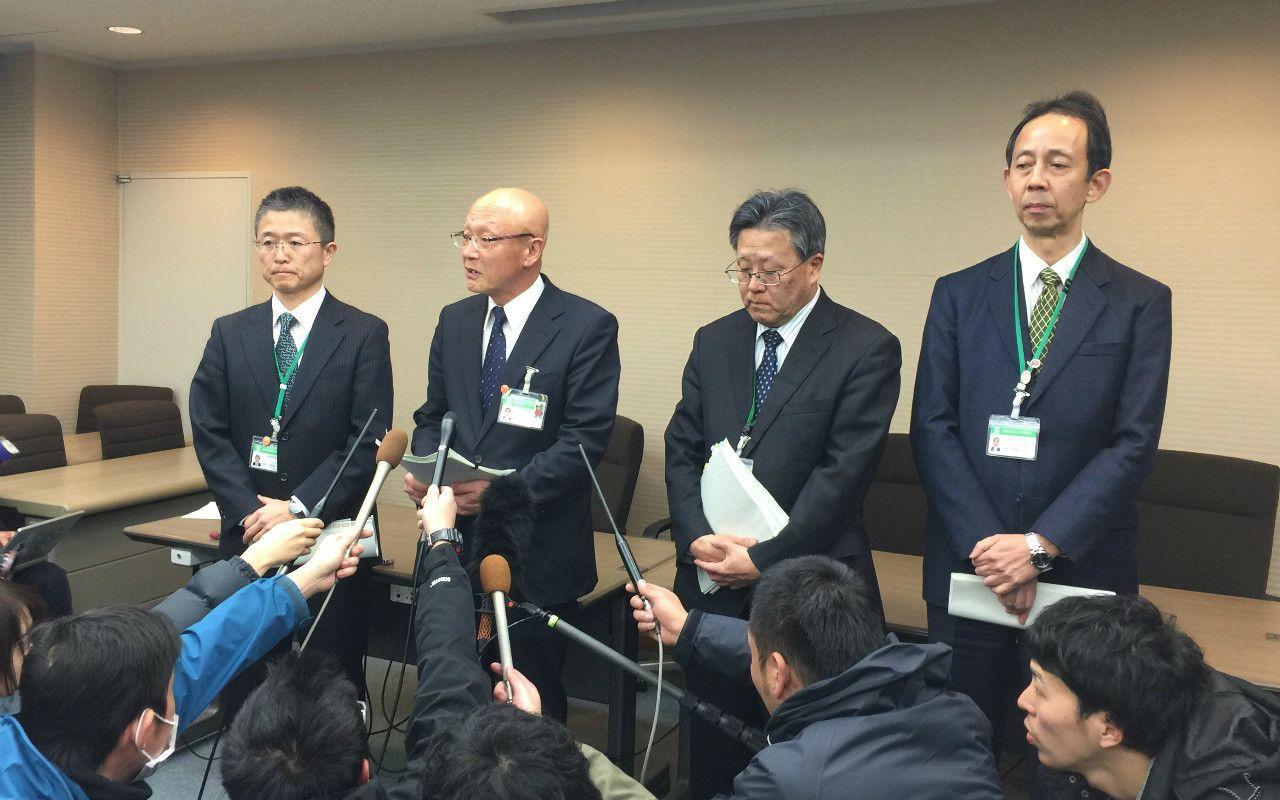 2月14日夜に行われた記者会見 (C)西岡研介
