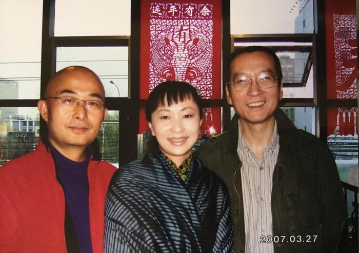 劉暁波(右)の投獄前年、北京市内で本人に会った劉燕子(中央)氏。ちなみに左は反体制作家の廖亦武で、現在は亡命先のドイツ、ベルリンに滞在している。写真提供:劉燕子