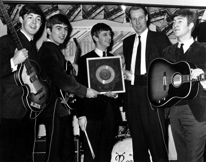 左からポール・マッカートニー、ジョージ・ハリスン、リンゴ・スター、ジョージ・マーティン、ジョン・レノン 1964年 ©getty