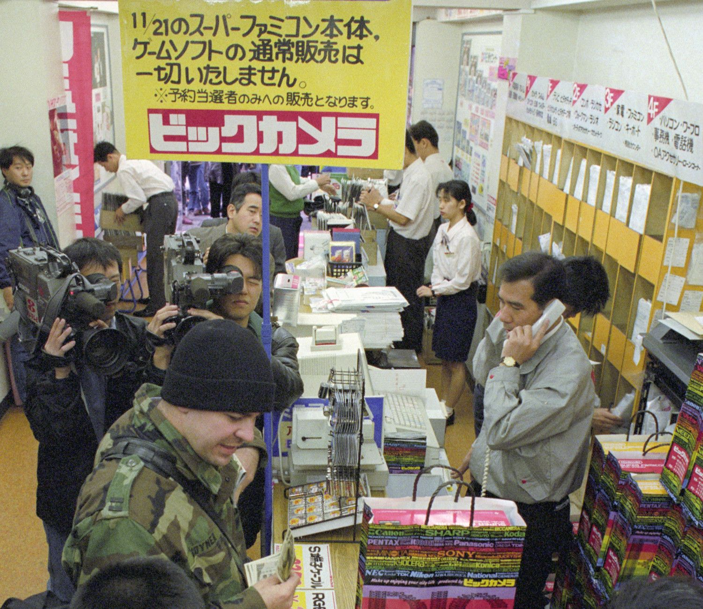 1990年11月21日、スーパーファミコンを買い求める人 ©共同通信社