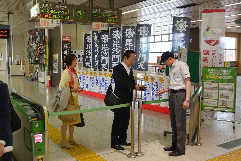 JR浦佐駅にて、菊田真紀子衆院議員と ©常井健一