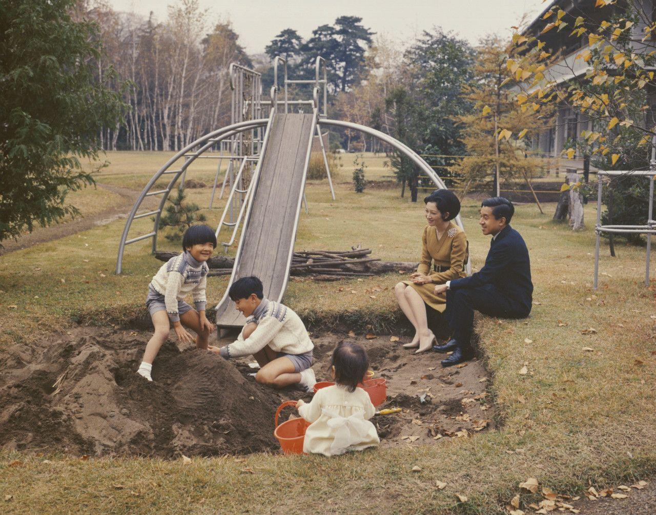 1971年、東宮御所の砂場でお過ごしになる皇太子ご一家(当時) 宮内庁提供