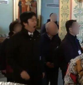 翌日の教会訪問で大アクビ ※団員提供の動画より