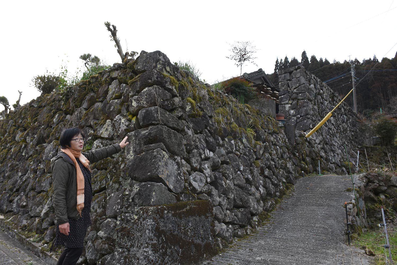 「この石垣はすごくないですか」。説明する吉井惠璃子さん