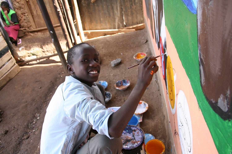 ミヤザキさんが描く枠の中に子供たちが色を付ける。