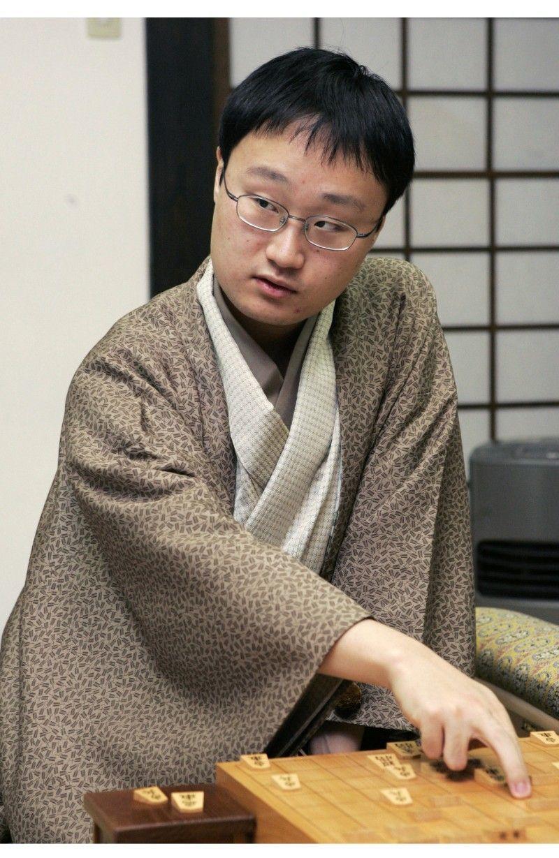 2004年に森内俊之現九段を破り、弱冠20歳で竜王位を獲得した ©共同通信社