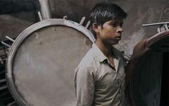 宗教絵画のような映像で迫る、インドでの労働力搾取の現場 「人間機械」を採点!