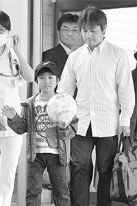 元気に退院する田野岡大和くん。右は父貴之さん。本当に良かった! Photo:Kyodo