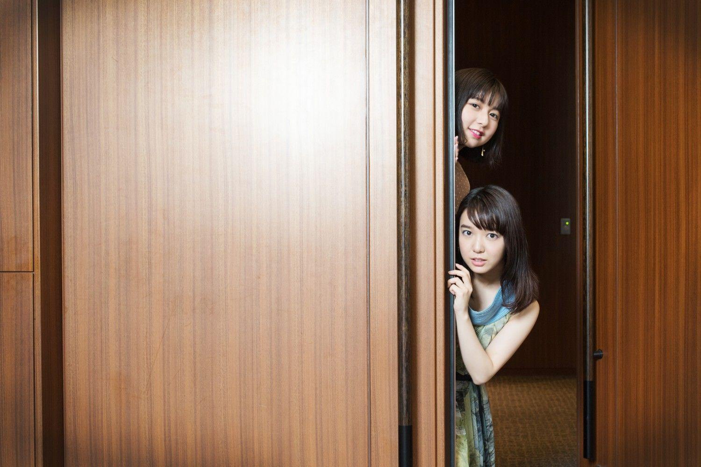 ひょっこりする姉の萌音(下)と妹の萌歌