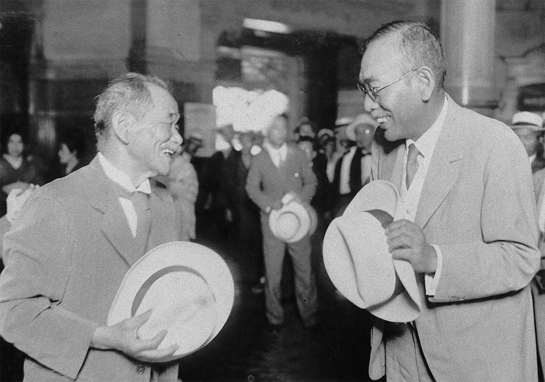 東京市長の永田秀次郎(右)に見送られ、ロサンゼルスに向かうIOC委員の嘉納治五郎(左)。1940年五輪の東京開催招請状を託されていた(1932年) ©共同通信社