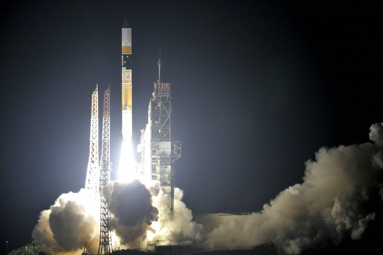 2010年、準天頂衛星「みちびき」を搭載して打ち上げられるH2Aロケット ©文藝春秋