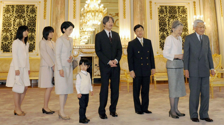 2010年、改修された迎賓館を見学される天皇、皇后両陛下と皇太子さま、秋篠宮ご一家 ©共同通信社