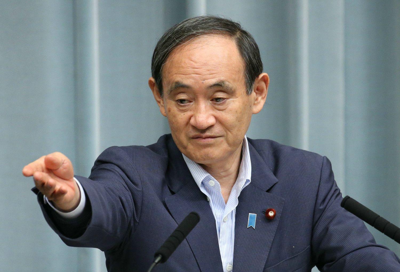 手を挙げる記者を指す、菅官房長官 ©時事通信社