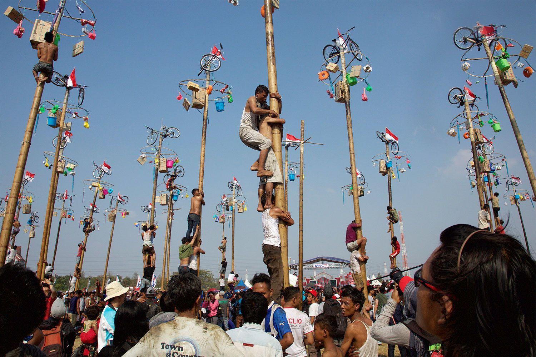 首都ジャカルタで開催される独立記念日の恒例行事「ヤシの木登り」。参加者は賞品獲得を目指して、油が塗られたポールをよじ登る ©共同通信社