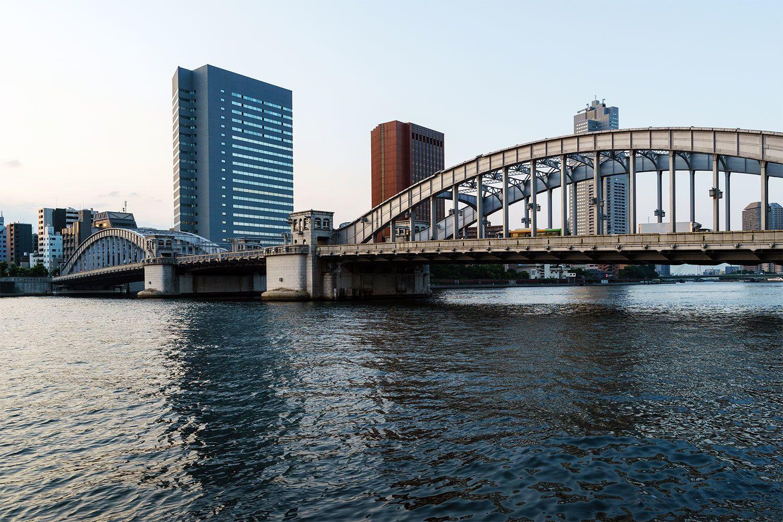 勝鬨橋の中央部は機械で跳ね上げることができ、大型船の通行を可能にしていた。現在は開かずの橋になっている ©iStock.com