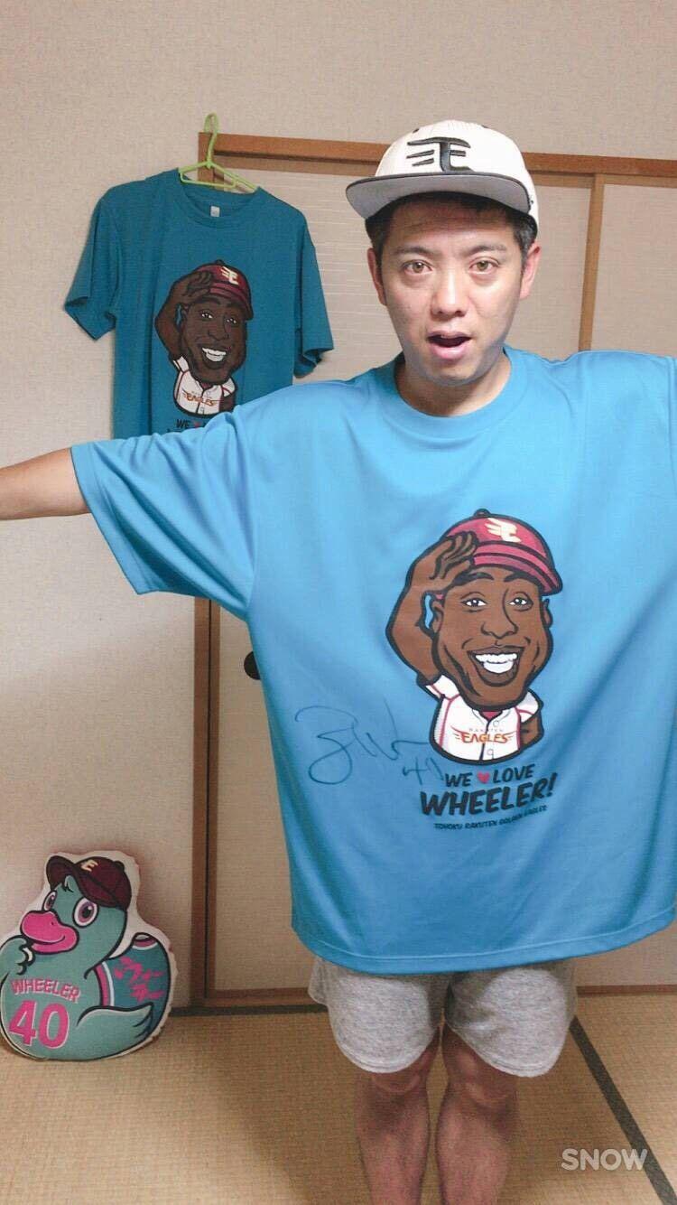 サインを書いてもらったたウィーラーsizeのTシャツを着用 ©かみじょうたけし