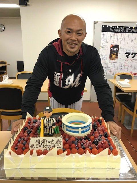2000本安打祝福の記念ケーキを送られ笑顔の福浦和也 ©梶原紀章