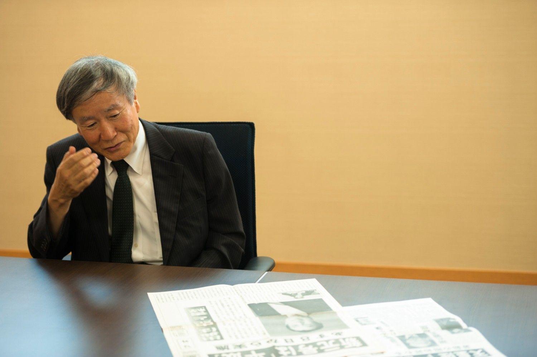 元毎日新聞「元号班」記者の榊直樹さん。当時の号外紙面を前に