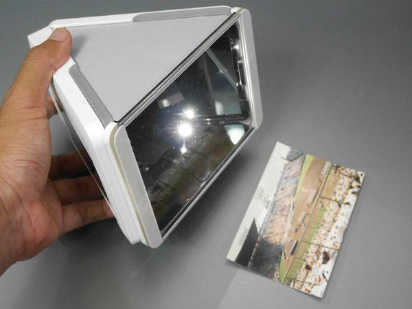 底面にフォトプレッサー(透明なアクリル板のユニット)を取り付けて、写真の上にかぶせます。内部の両側にはライトがあり、片方ずつ点灯させて撮影を行います。赤目補正などの機能もあります