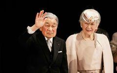 """進化する美智子さまのスーツ 首から肩にかけた""""美しいライン""""の秘密とは"""