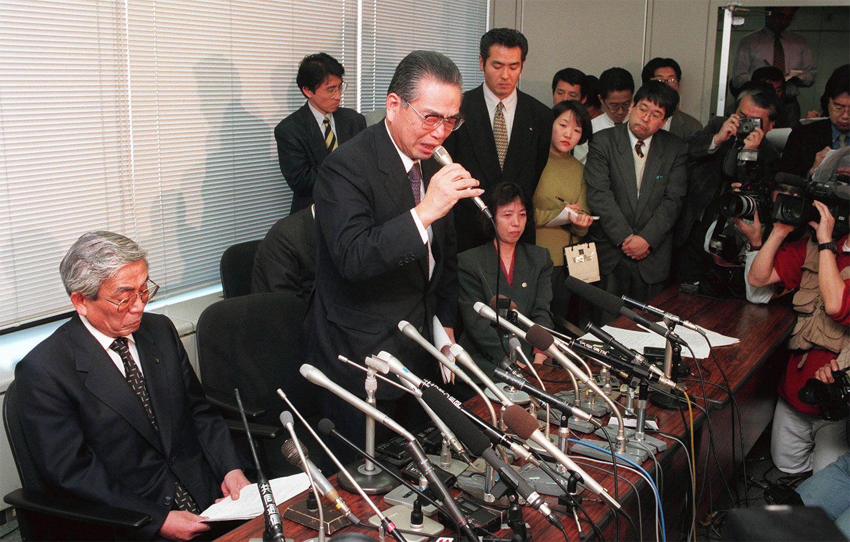 自主廃業発表の記者会見で、涙ながらに社員の再雇用を訴えた野澤社長 ©時事通信社