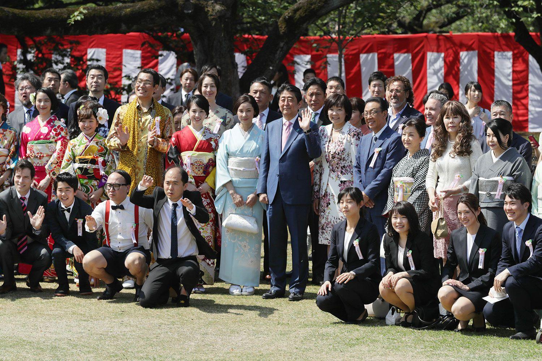 「桜を見る会」で招待客らと写真に納まる安倍晋三首相(中央) ©時事通信社