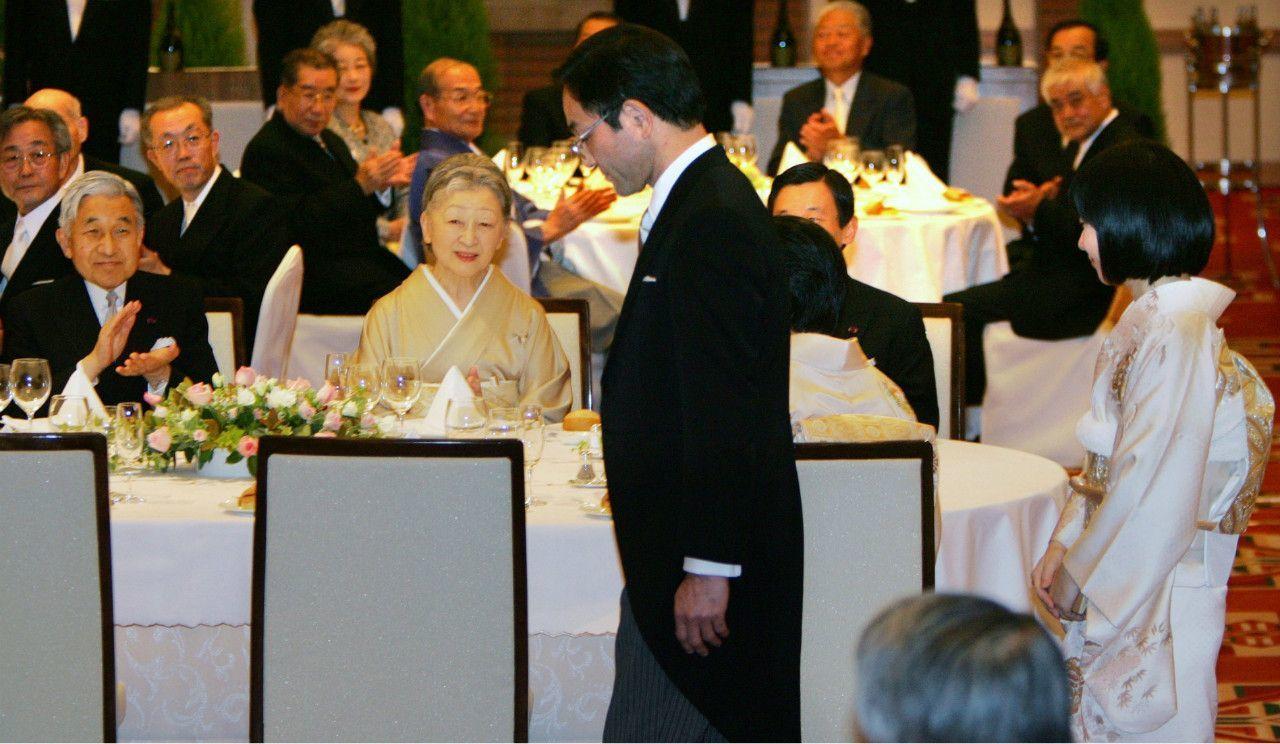 披露宴会場に入る黒田慶樹さん、清子さん夫妻を拍手で迎えられる天皇皇后両陛下 ©共同通信社