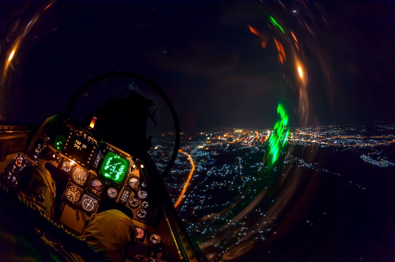 ロッキードマーチンF-16B ADFファイティングファルコン(生産国アメリカ) バンコク上空を夜間飛行するタイ空軍機