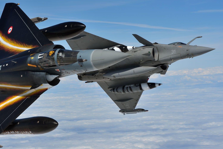ダッソー・ミラージュ2000-5FとラファールM(生産国フランス) 三角翼の両機だが設計思想は手前のミラージュは10年以上古い