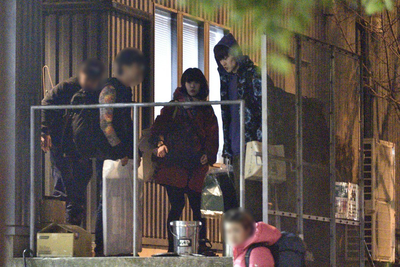 ライブ会場から出てきたアイナ(写真中央)とUK(右) ©文藝春秋