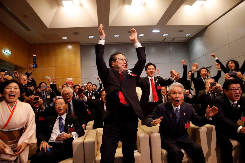 (最前列右から)喜びに湧く松井一郎大阪府知事、官民でつくる誘致委員会会長・榊原定征氏、世耕一成経産相 ©AFLO
