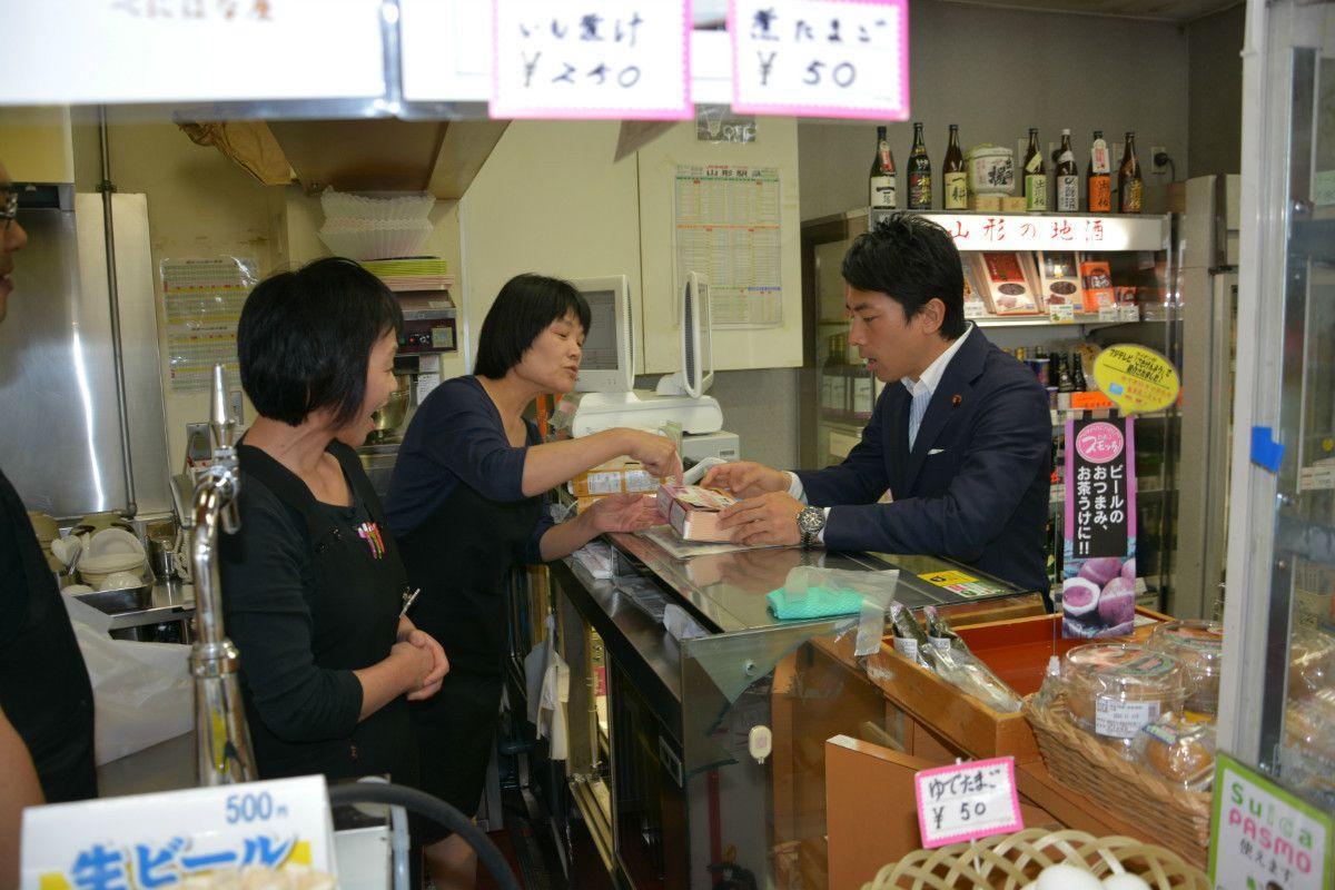 演説のネタは各地の売店で「取材」(山形県山形市)撮影:常井健一